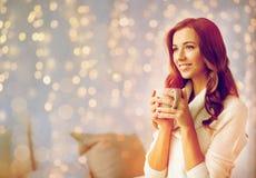 有茶的愉快的妇女或咖啡在家 库存照片