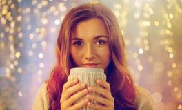 有茶的愉快的妇女或咖啡在家 免版税库存照片