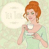 有茶的美丽的少妇 免版税库存照片