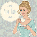 有茶的美丽的少妇 免版税图库摄影