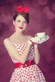 有茶的美丽的红头发人妇女。 图库摄影