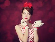 有茶的美丽的红头发人妇女。 免版税库存照片