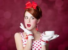 有茶的美丽的红头发人妇女。 库存照片