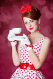 有茶的美丽的红头发人妇女。 免版税库存图片