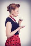 有茶的美丽的红头发人妇女 图库摄影