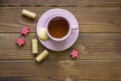 有茶碟、曲奇饼和红色星的一个午后茶会杯子 免版税库存照片