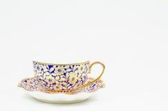 有茶碟的古色古香的泰国陶瓷咖啡杯在白色背景 免版税库存照片