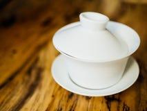 有茶碟的覆盖着的中国gaiwan茶壶 库存图片