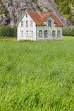 有草和mounta的挪威古色古香的传统木房子 库存照片