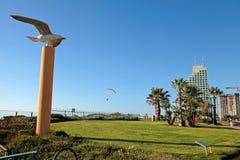 有草坪和鸟雕塑的,内塔尼亚,以色列现代散步 库存图片