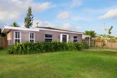 有草坪的单身家庭的房子 免版税图库摄影