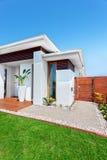 有草坪的现代房子清楚的蓝天的 免版税库存照片