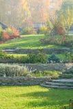 有草坪的,护墙,高山幻灯片秋天庭院 库存照片