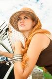 有草帽和围巾的秀丽妇女在游艇 免版税库存图片
