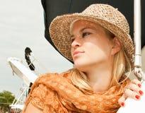 有草帽的可爱的秀丽妇女 免版税图库摄影