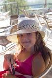 有草帽的微笑的女孩 库存图片