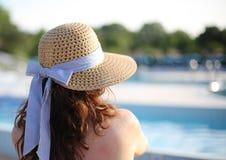 有草帽的秀丽妇女在专属豪华s放松 库存照片