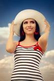 有草帽的美丽的女孩在蓝天 库存照片