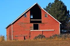 有草料棚门失踪的红色谷仓 免版税库存照片
