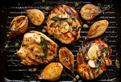 有草本、香料和菜的加法的烤火鸡内圆角 库存图片