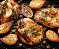 有草本、香料和菜的加法的烤火鸡内圆角 免版税库存照片