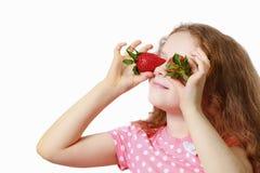 有草莓眼睛的美丽的小女孩 健康,生活方式c 免版税库存图片