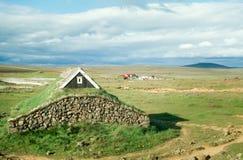 有草覆盖的屋顶的,冰岛传统北欧海盗房子 免版税库存照片