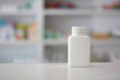 有药房商店的白色药瓶 库存图片
