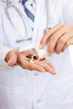 有药片和药房瓶的亚裔男性医生 免版税库存图片