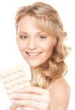 有药片的少妇 免版税库存照片