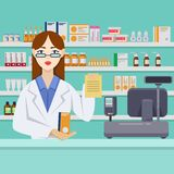 有药片的年轻女性药剂师在柜台后 药房或药房内部 传染媒介平的样式例证 库存例证