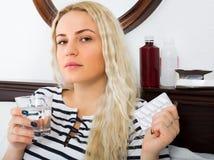 有药片遭受的女孩 免版税图库摄影