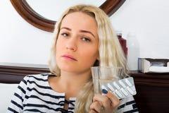 有药片遭受的妇女 库存照片