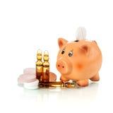 有药物和一次用量的针剂的存钱罐 库存照片