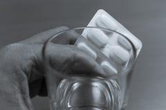 有药物的手 免版税库存图片