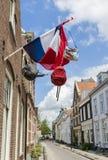 有荷兰旗子和袋子的街道 免版税库存照片