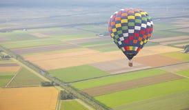 有荷兰风景的热空气气球从上面 库存照片