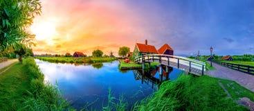 有荷兰风车和河的日落的,荷兰,荷兰传统村庄 免版税库存照片