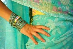 有莎丽服的妇女我爱印度消息镯子 库存图片