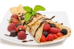 有莓果和巧克力顶部的绉纱 免版税库存照片