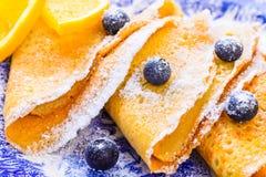 有莓果早餐板材的甜点绉纱 库存图片