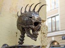 有莫霍克族的金属头骨 库存图片