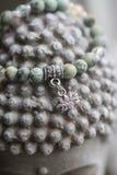 有莲花垂饰的自然绿松石石头瑜伽镯子 免版税图库摄影