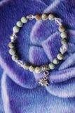 有莲花垂饰的自然绿松石镯子 库存图片