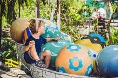 有获得兔宝宝的耳朵的逗人喜爱的小孩男孩乐趣用传统复活节彩蛋寻找,户外 庆祝复活节假日 小孩fi 免版税库存照片