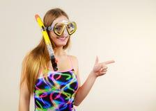 有获得潜航的面具的妇女乐趣 免版税库存图片