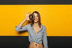 有获得白色美好的微笑的快乐的女孩与五颜六色的乐趣 免版税库存照片