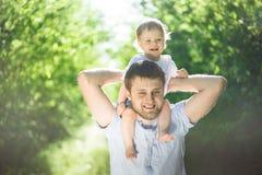 有获得的儿子的父亲乐趣 免版税库存图片
