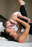 有获得的婴孩的母亲乐趣 免版税库存图片