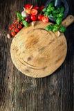 有菜、草本和研磨机的木板 免版税库存照片